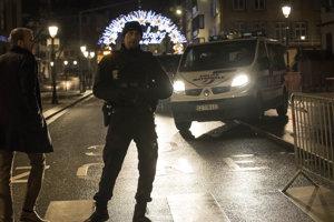Ozbrojený plicajt hliadkuje v Štrasburgu po teroristickom útoku.