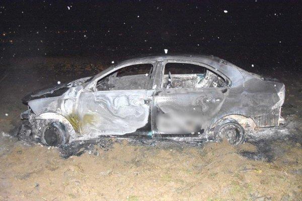 Dvojica sa zmocnila auta a odišla s ním do miestnej časti obce Mútne, kde ho podpálila. Obidvoch mužov policajti zadržali.