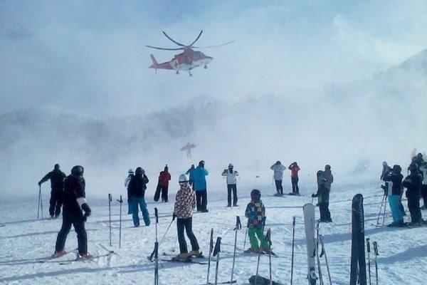 Vrtulník so zraneným v podvese na Priehybe v Jasnej.
