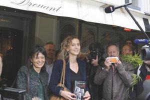 Francúzska spisovateľka Delphine de Vigan je aj autorkou románu Podľa skutočnej udalosti. Roman Polanski podľa neho nakrútil rovnomenný film.