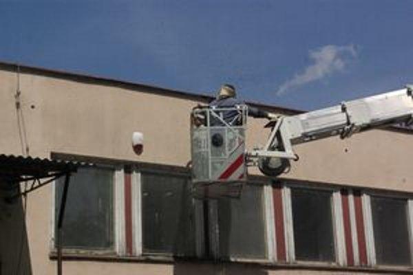 Včelárovi prišli na pomoc hasiči.