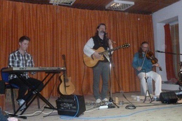Andrej Majerčík za klávesami, Janko Svetlan Majerčík s gitarou a Petr Hemmer s husľami.