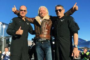 Šéf spoločnosti Richard Branson (v strede) a piloti Mark Stucky (vľavo) a Rick Sturckow.