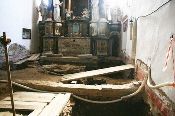 Presbytérium alebo svätyňa. Je to hlavný priestor kostola, z ktorého kňaz slúži omšu. Pod podlahou objavili množstvo hrobov.