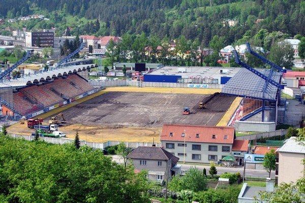 V Ružomberku sa pustili do rekonštrukcie futbalové štadióna. V prvej etape prác vybudujú vyhrievaný trávnik.