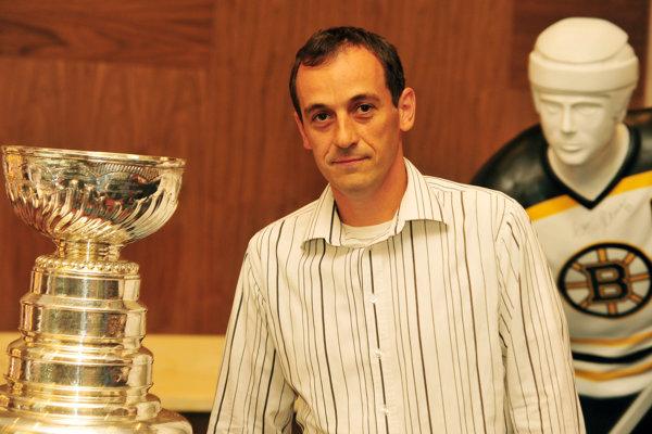 Fotka shokejovým grálom Stanley Cupom.