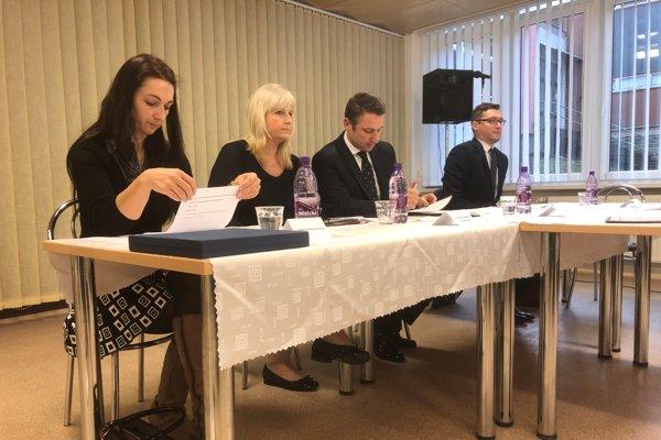 Druhá zľava nová primátorka Trenčianskych Teplíc Zuzana Ďurmeková Frajková, vedľa nej bývalý primátor Štefan Škultéty.