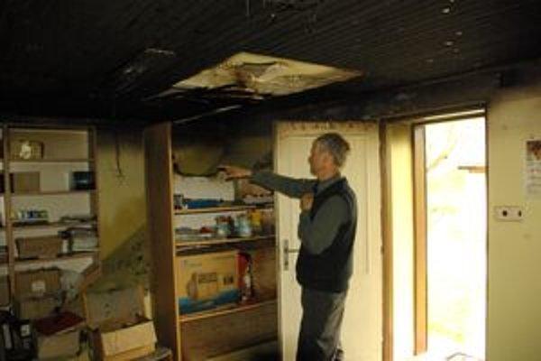 Správca farnosti ukazuje škody po požiari.