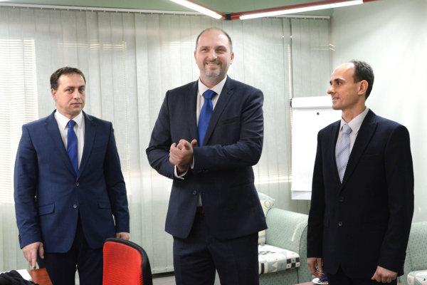 Primátor Polaček (v strede) predstavil šéfa magistrátu Čopa (vľavo) a Saba (vpravo), ktorý povedie bytový podnik.