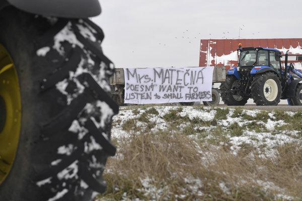 Traktor s protestným transparentom. Europoslanci navštívili farmárov v Gyňove, aby preskúmali využívanie agrodotácií.
