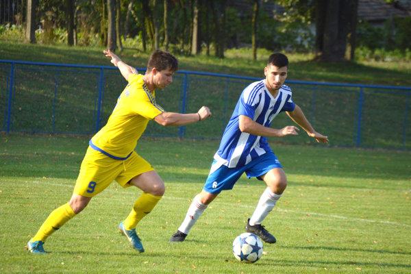 Matúš Predajniansky (v žltom drese) je s10 gólmi druhým najlepším strelcom OFK Veľký Ďur.