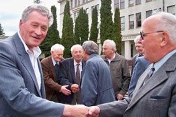 Srdečné stretnutie pre školou, v ktorej pred 53 rokmi maturovali.