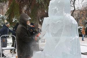 Adam Bakoš vytvára z masy zimného metriálu ľadové sochy.