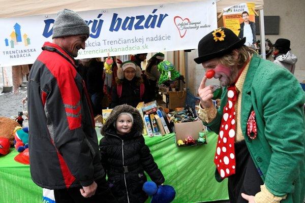 V stánku predávali dobrovoľníci, klauni a tento rok im pomáhal aj herec Milo Kráľ.
