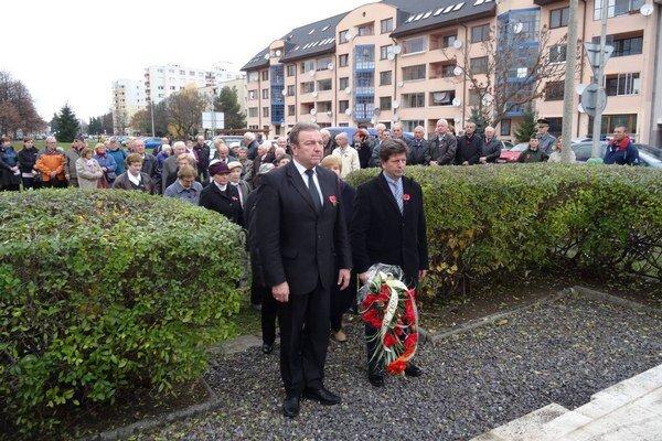 Úctu položením vencov, zapálením sviečky či poklonou pred pamätníkom vyjadrili ľudia rôzneho veku, nechýbali zástupcovia Slovenského zväzu protifašistických bojovníkov, predstavitelia z Klubu vojnových veteránov, kadeti z Akadémie ozbrojených síl či žiaci