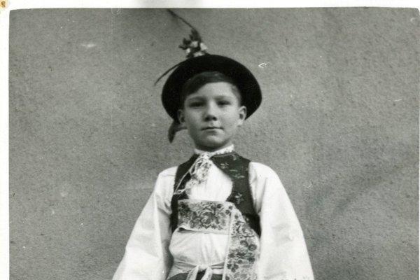 Chlapec vo sviatočnom odeve - v kroji.