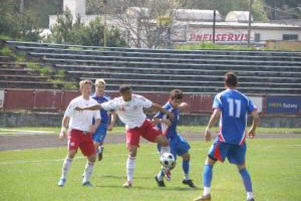 Česi (v modrom) sa cez pozornú obranu Dánov presadzovali ťažko a gól nedali.