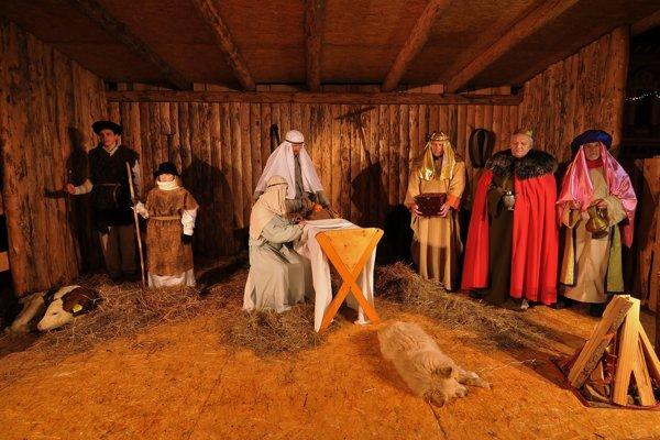 Na snímke živý betlehem v podaní hercov z divadla zo Spišskej Novej Vsi.