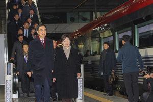 Kórejský minister pre zjednotenie Čo Mjong-kjon a ďalší členovia delegácie prichádzajú na vlak do stanice Panmum.