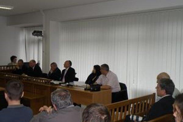 Súdne pojednávanie s troma mestskými funkcionármi začalo dnes.