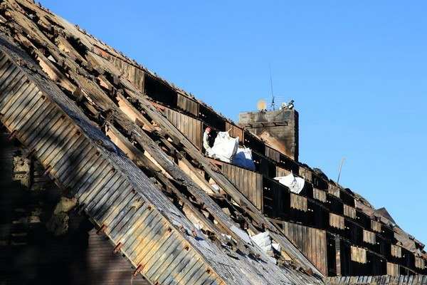 Zo strechy odstraňujú azbest. Po vyčistení interiéru preverí stav hotela statik.