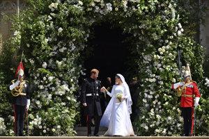Britský princ Harry a  Meghan Markleová odchádzajú po sobáši v Kaplnke sv. Juraja na kráľovskom zámku vo Windsore v sobotu 19. mája 2018.