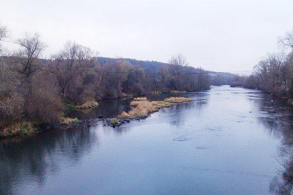 Ľuďom sa nepáči, že tok rieky by mala preťať betónová stavba.
