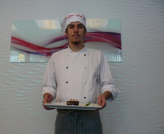 Peter Makrovský má 17 rokov, tretím rokom sa učí za kuchára v Strednej odbornej škole obchodu a služieb v Martine.