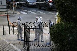 Policajní pyrotechnici skúmajú okolie ortodoxného kostola v centre Atén.