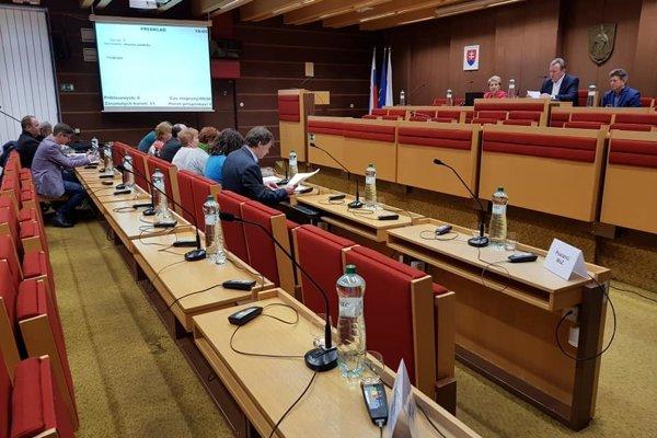 Prázdne miesta v zasadačke mestského úradu v Liptovskom Mikuláši