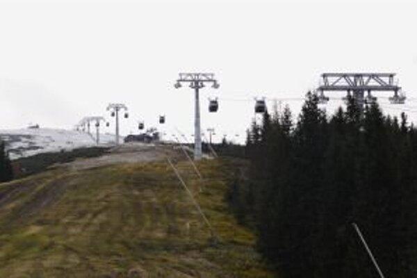 V prvej sezóne sa bude chcieť novou lanovkou previezť naviac ľudí. Prevádzkovateľ strediska aj horskí záchranári sa pripravujú na nával lyžiarov, ten postupne, podľa skúseností, opadne.