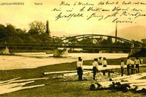 Vyše storočná pohľadnica. Most do Palúdzky. Na viacerých storočných pohľadniciach boli odkazy napísané na prednej strane aj cez fotografiu, na druhej strane bola iba adresa a pečiatky.