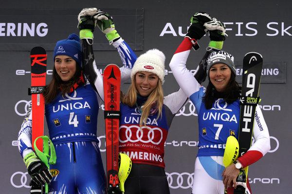 Zľava Petra Vlhová, Mikaela Shiffrinová a Wendy Holdenerová.