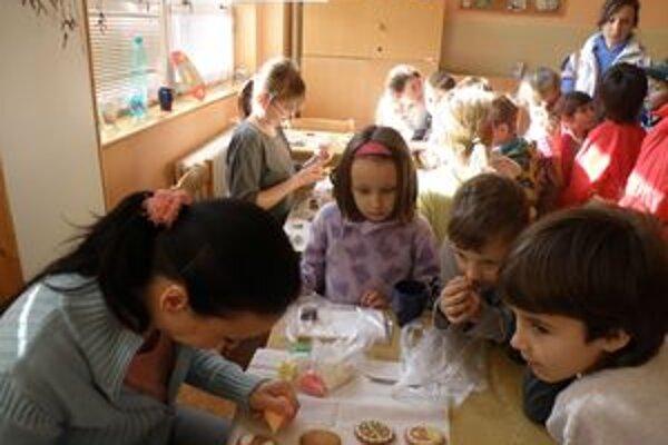 Deťom sa zdobenie medovníčkov i kraslíc páčilo. Poniektoré si to dokonca aj vyskúšali.
