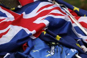Vlajka Spojeného kráľovstva Veľkej Británie a vlajka Európskej únie.