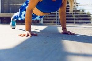 Planking alebo pozícia dosky je vhodná na posilnenie telesného jadra.