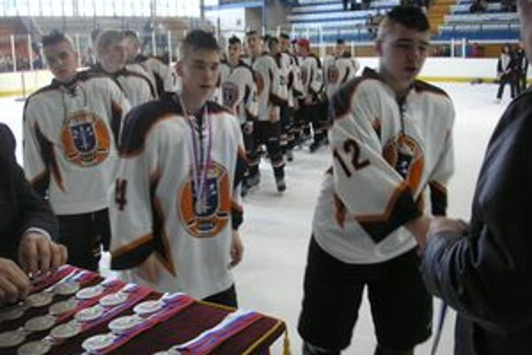 Mladí Dubničania preberajú strieborné medaily.