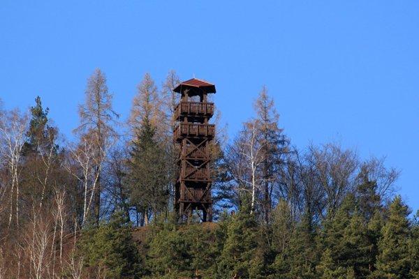 Novú rozhľadňu na Malom vrchu nad obcou Divinka-Lalinok (okres Žilina) otvorili v pondelok v rámci piateho ročníka silvestrovského výstupu.