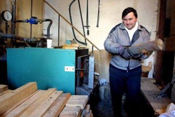 Ľudia upúšťajú od kúrenia plynom a elektrinou, drevo je lacnejšie.