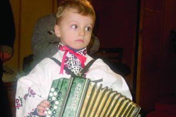najmenších hráčov nebolo za ich hudobným nástrojom skoro ani vidieť.