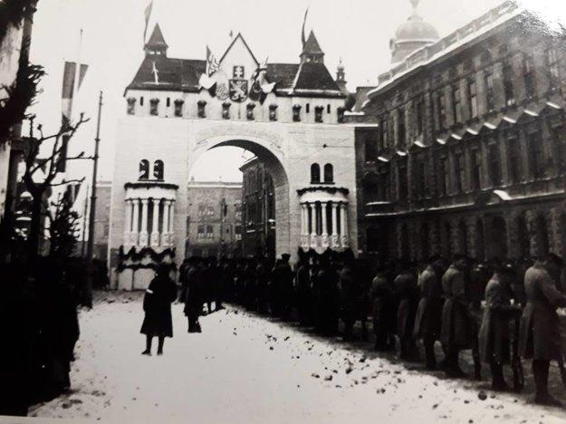 Slavobrána na Štefánikovej ulici, ktorú legionári chrániaci Prešporok postavili na počesť príchodu československej vlády 4.2.1919.