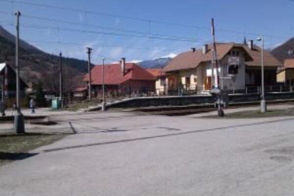 Vlaky idú aj cez obce veľkou rýchlosťou, zrážky s človekom sa väčšinou nekončia tak, ako dnes v Stankovanoch.