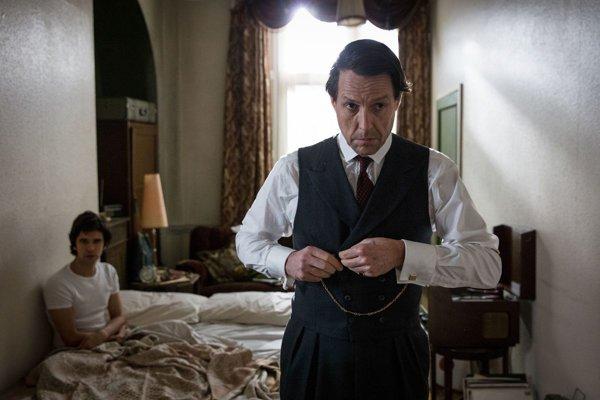 Hugh Grant a Ben Whishaw (v pozadí) v seriáli Škandál po anglicky.