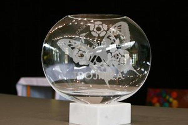 Putovný pohár pre víťaza súťaže nesie obrázok motýľa. Vystavia ho v mestskej knižnici a na podstavci budú každoročne pribúdať mená víťazov hlavnej ceny.