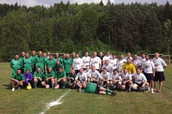 """Mikulášski hokejoví odchovanci (v bielych dresoch) sa s domácimi """"starými pánmi"""" stretli vo futbalovom zápase už  ôsmykrát."""