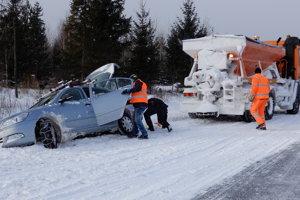Cesta medzi Spišskou Belou a Tatranskou Kotlinou, kde auto skončilo mimo cesty. Vytiahnuť ho pomohlo cestárske auto.