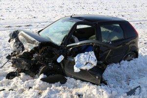 Navzájom sa zrazili tri autá, jedno z nich skončilo mimo cesty.