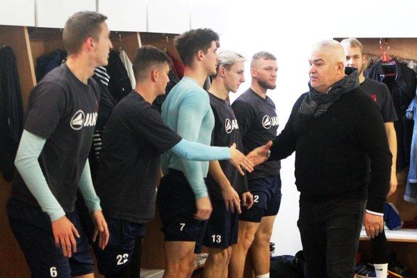 Predseda predstavenstva FC Nitra Marián Valenta víta hráčov pred prvým tréningom.