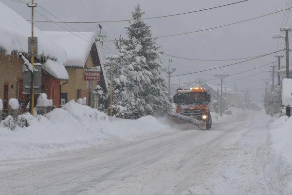 V obci Skalité sa boria so snehovou kalamitou.