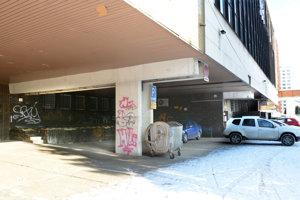 Dievčatá si to medzi sebou rozdali za budovou bývalého Horizontu v centre mesta.